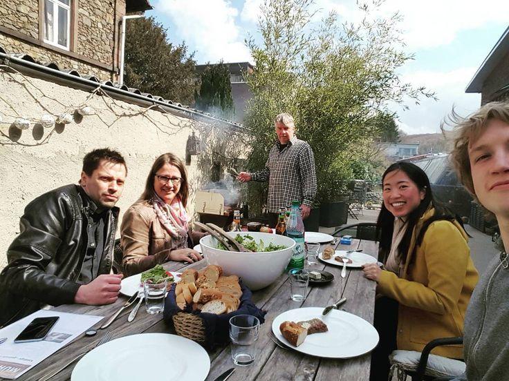 Damit wir nicht vom Fleisch fallen, hat #derJürgen die #Redaktionssitzung auf den Balkon verschoben und heute die #Grillsaison eröffnet. Gutes Wetter, frischer Salat und ein saftiges #Steak und #Würstchen auf dem Teller, was wünscht man sich mehr.  Die Hälfte der Woche ist geschafft, wir wünschen sonnige Grüße aus dem Mühltal!  #jwk_com #RUMS-Steak #Agentur #marketing #grillzangeverschwunden #agenturalltag #chefkocht #mannschaft  Neues aus der Agentur finden Sie hier www.j.mp/jwk-blog