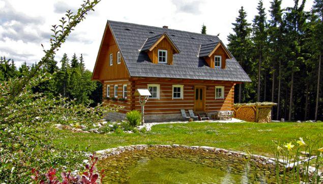 Tradiční interiér: Roubenka v horách   Dům a byt