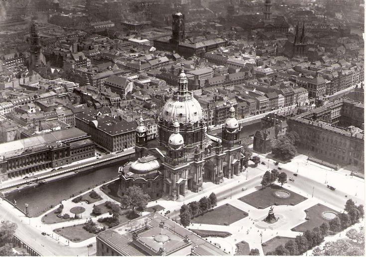 Stadtschloss at right.. Berliner Dom.. Bourse.. Altes Museum.. Lustgarten.. Marienkirche.. Rotes Rathaus.. Nikolaikirche
