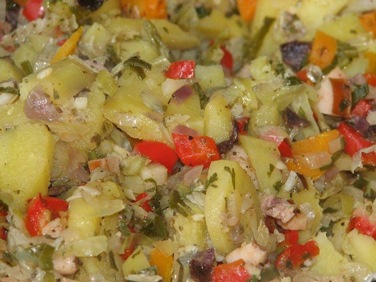 Zapiekanka ziemniaczana to fajny pomył na obiad w ponure, mokre i zimne jesienne dni... Jest ona bogata w różnorodne składniki: ziemniaki, marchewkę, kapustę, paprykę, cebulę, por, czosnek, suszone grzybki, pietruszkę - dzięki czemu wniesie ona do naszego organizmu dużo witamin i jakże potrzebnych nam w tym sezonie minerałów. Przepis na jesienna zapiekanka ziemniaczana.