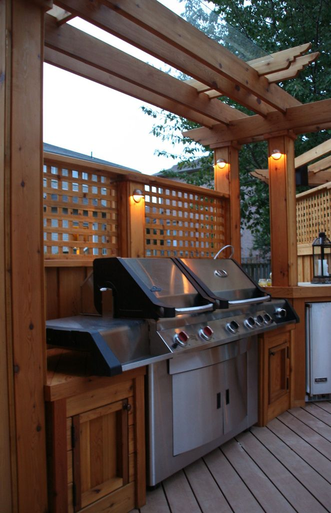 another version of privacy screening integrated within the outdoor kitchen...