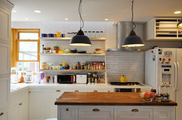 キッチンのタイルはメイプルブリック。古材の棚にはカラフルな食器たち。ペンダントライトはアンティーク。