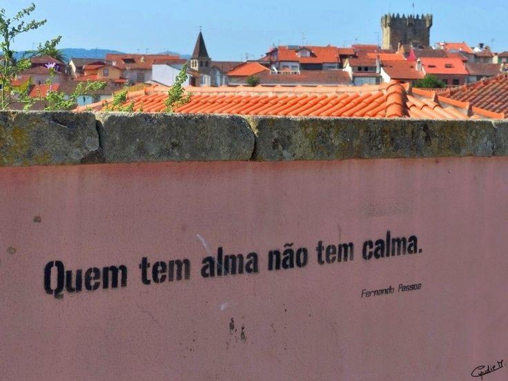 """""""Quem tem alma não tem calma"""" – Fernando Pessoa, um graffiti com uma frase do famoso poema de Fernando Pessoa """"Não sei quantas almas tenho"""". Está inscrita no exterior de um muro da Escola Secundári..."""