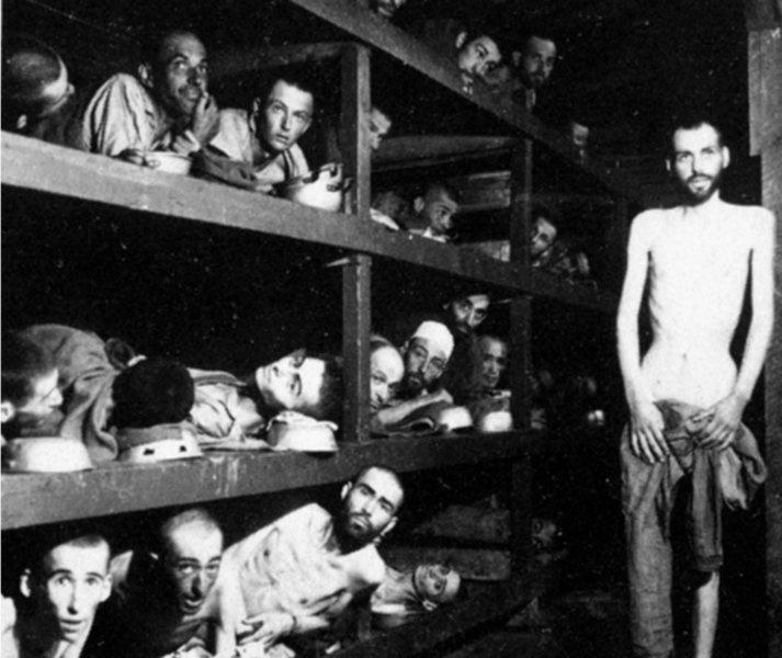«Estos son trabajadores esclavos en el campo de concentración Buchenwald cerca de Jena; muchos habían muerto de desnutrición cuando las tropas estadounidenses de la 80 División entran en el campo» Pvt. H. Miller, Alemania, el 16 de abril de 1945. (Public Domain) enciclopedia.us.es
