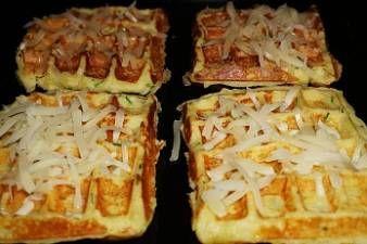 600 g brambor    • 100 g hladké mouky    • 6 vajec    • 6 stroužků česneku    • sůl    • mletý černý pepř    • majoránka Recept bramborové vafle připravíme takto:  Brambory oloupeme, nastrouháme na jemném struhadle a necháme chvíli odpočinout. Pak slijeme vodu, kterou brambory pustily, přidáme k nim vejce, utřený česnek a hladkou mouku a řádně promícháme. Dochutíme solí, pepřem a majoránkou. Z připravené těsta pečeme ve vaflovači dozlatova vafle.