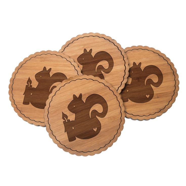 4er Set Untersetzer Rundwelle Eichhörnchen mit Kerze aus Bambus  Natur - Das Original von Mr. & Mrs. Panda.  Diese runden Untersetzer als 4er Set mit einer wunderschönen Wellenform sind ein besonderes Highlight auf jedem Esstisch. Jeder Gläser Untersetzer wurde mit viel Liebe handgefertigt und alle unsere Motive sind mit besonders viel Hingabe von unserer Designerin gestaltet worden. Im Set sind jeweils 4 Untersetzer enthalten.    Über unser Motiv Eichhörnchen mit Kerze  In besinnlichen…