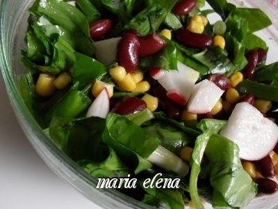 Reteta culinara Salata de leurda cu fasole rosie si porumb din categoria Salate. Cu specific romanesc.. Cum sa faci Salata de leurda cu fasole rosie si porumb