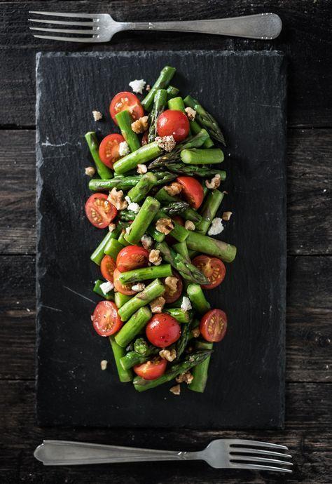 Super gezonde salade van groene asperges met kerstomaatjes, walnoten en feta. Heerlijk fris en bomvol vitamines en mineralen. Groene asperges zijn top!