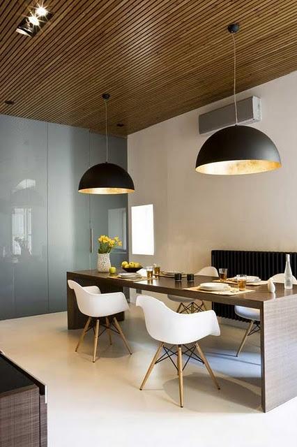 White Eames chairs, black pendants and woody table in the dining room. Cadeiras Eames brancas, luminarias pendentes pretas, mais mesa de madeira na sala de jantar.