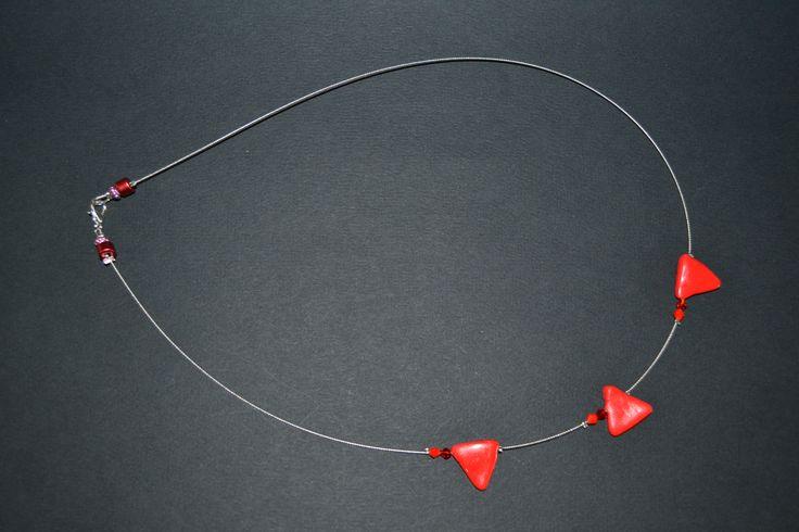 Collier assymétrique en Fimo rouge sur fil câblé. Opale Isis, Christine Monsion