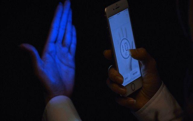 من كوريا تقنية جديدة لتعقيم اليدين بواسطة هاتفك و تحويله معقم يقتل الفيروسات والباكتيريا أنشأت شركة كورية جنوبية جهاز Uvlen وه Novelty Lamp Lava Lamp Novelty
