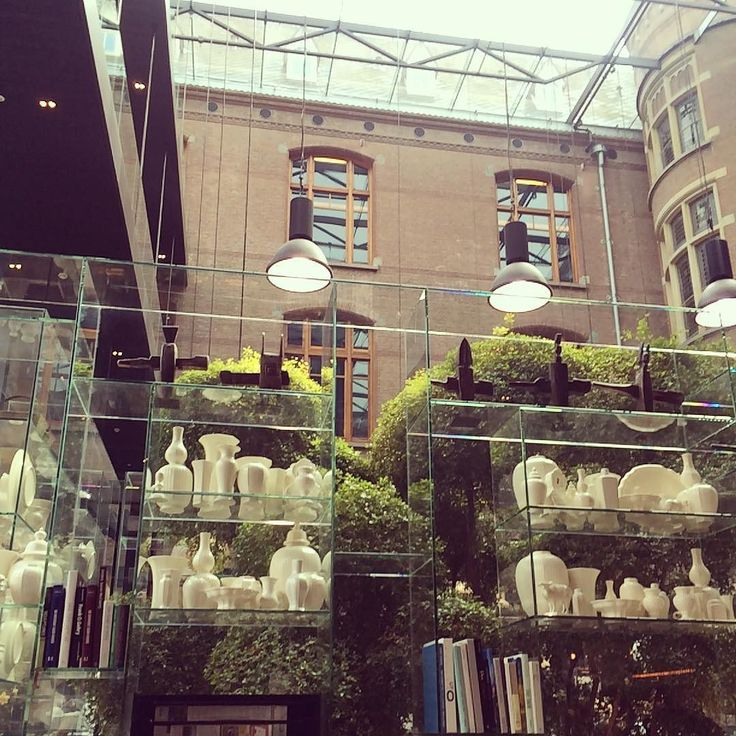 Место #mustsee в Амстердаме - отель Conservatorium рядом с музейным кварталом. После посещения музея Ван Гога советую остановиться здесь чтобы выпить по аперитиву во впечатляющем лобби баре который на самом деле является огромным крытым внутренним двором с прозрачной крышей витринными окнами с видом на террасу и внутренний сад. Очень стильный минималистичный дизайн обилие зелени эффектно зонирующей открытое пространство лобби и шикарная лестница из тёмного металла покажу её чуть позже)…
