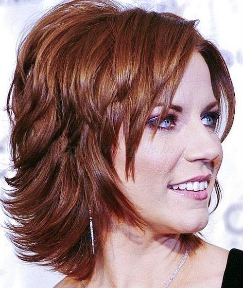 félhosszú frizurák 50 feletti nőknek - félhosszú lépcsőzetes frizura