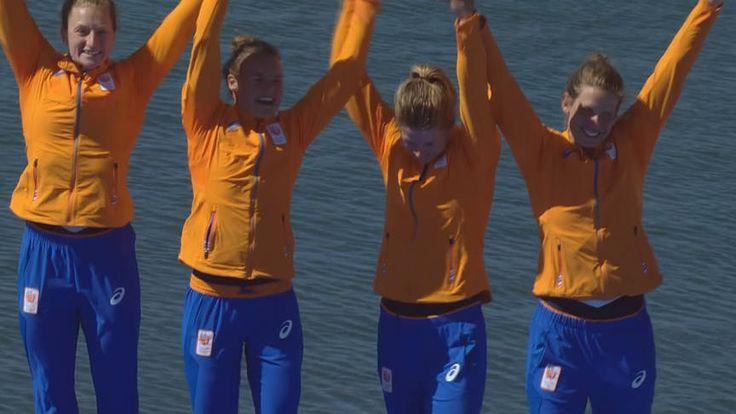 Vijfde plak TeamNL. Chantal Achterberg, Nicole Beukers, Inge Janssen en Carline Bouw vieren feest bij de medailleceremonie