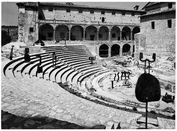 Attivare spazi.  Sculture nella città, Spoleto,1962. David Smith. Fotografia di Ugo Mulas