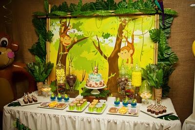 Little Dues: Fiestas cumpleaños - Monos en la selva.Coloca una lámina detrás de la mesa para ambientar tu fiesta temática  infantil.