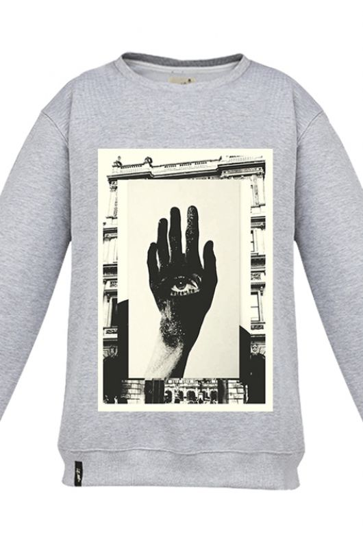 FANTOMAS EYE HANDY Sweatshirt made of a high quality fabric in gray. Composition 95% cotton 5% polyester. Beautifully finished in a fashionable cut, specially designed with comfort in mind  Durable print, made digitally. Graphic created specifically for Meet The Llama by an extremely talented, Polish collage artist, Moni Wilk. The series of prints from Moni is characterized by a climate of dreams and her unique handmade collages. #meetthellama #fantomas #graphic #pyjama