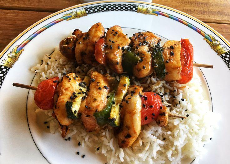 Brochetas de pollo marinado y verduras con arroz asiático