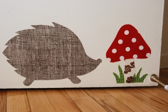 How to make fabric wall decals and make them stick with just cornstarch.  Me likey!