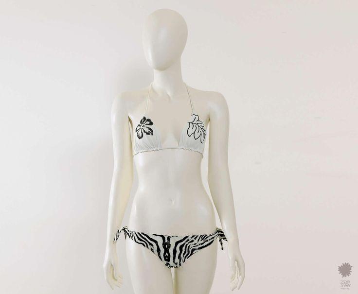 Zebra White Costume ricamato a fascia in microfibra doppiato con slip basic stampato. La fascia è impreziosita da un ricamo ibiscusdi paillettes lucide/opache in contrasto. Lo slip è doppiato e stampato animalier. Spalline staccabili. #2befreestore #summer #beachwear #swimwear #bikini http://www.2befreestore.com/it/zebra-white