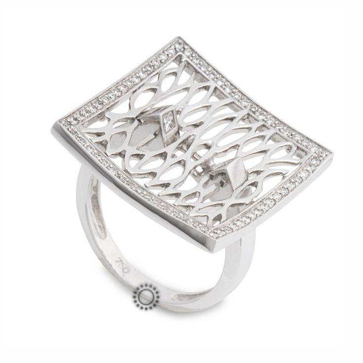 Εντυπωσιακό δαχτυλίδι λευκόχρυσο Κ18 σε τετράγωνο διχτυωτό σχήμα με διαμάντια brilliant και δύο τετράγωνα (καρέ) διαμάντια στην ένωσή του με τη βέρα | ΤΣΑΛΔΑΡΗΣ #τετράγωνο #δαχτυλίδι #διαμάντια #Χαλάνδρι