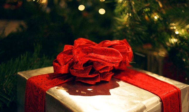 Ez csak egy kicsi, fehér boríték a karácsonyfánk ágai között. Név nélkül, jelzés nélkül, felirat nélkül. Legalább tíz éve, hogy a fánkról kukucskál.Az egész azzal kezdődött, hogy a férjem Mike utálta a karácsonyt - persze nem a karácsony igazi jelentését, hanem a…