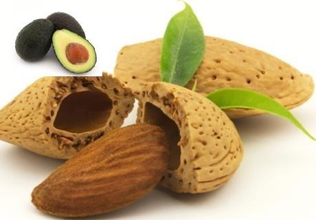 bodyscrub van zemelen, amandel en avocado. De zemelen bevatten vit.E, dit helpt tegen jeuk en ontstekingen. Avocado bevat vit.A, D en E, dit helpt het collageen te herstellen. En amandel werkt verzachtend. Deze scrub kan voor een droge,vermoeide en geïrriteerde huid,ook zeer geschikt 24-48 uur na het harsen.   Zo maak je het:  1/2 kop amandelen  1 kop droge zemelen  1 rijpe avocado ( geschild,ontpit en gepureerd)  Hak de amandelen fijn. Meng de avocadopulp,amandelen en zemelen en je kan…