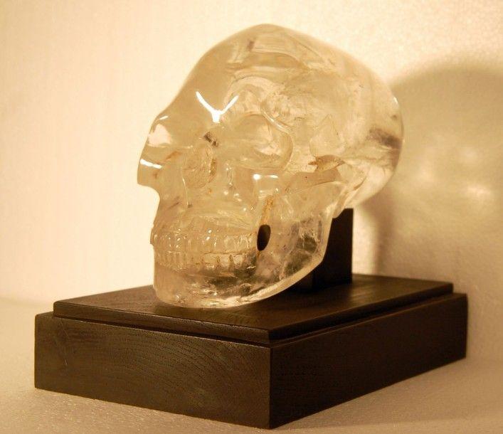 Prado Falque Enchères, Marseille Crâne en cristal de roche sur son socle H: 12,5 cm L: 12 cm P: 20,5 cm - Symev - 26/03/2015