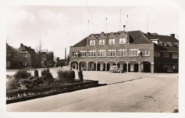 Treebeekplein (foto mei 1955): Beambtencasino. Voor het casino is een stukje plantsoen opgeofferd t.b.v. een parkeerplaats.