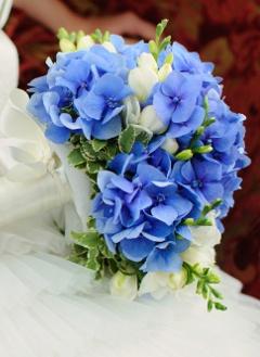 Brautstrauß mit blauen Hortensien und weißen Freesien // Bridal bouquet with blue hydrangeas and white freesias