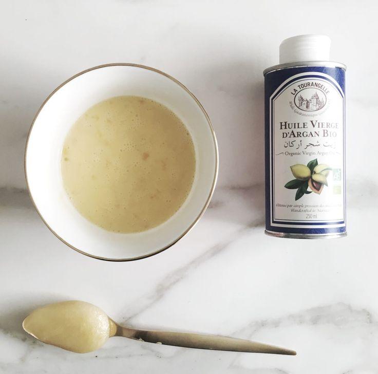 DIY haarmasker voor droog haar van ei, honing en olijfolie.