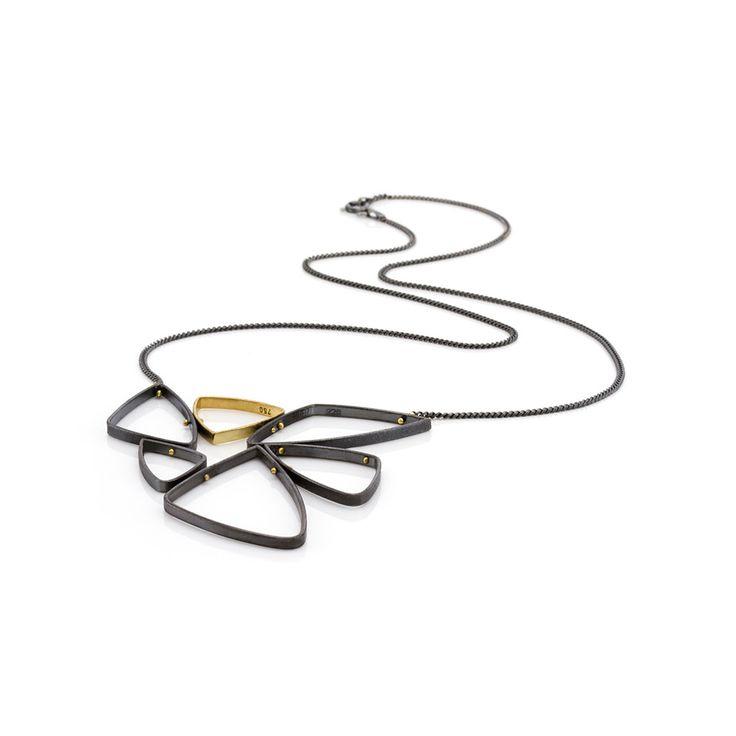 Halskæde. Oxyderet sølv med 18 karat guld.Smykkedesign:Trine Trier.