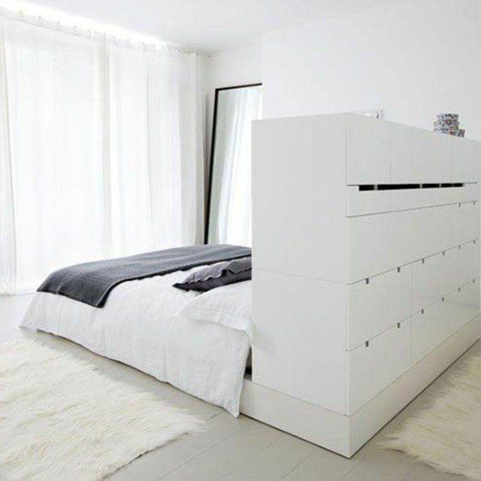lit double dans la chambre parentale, sol en planchers beiges, tapis blanc
