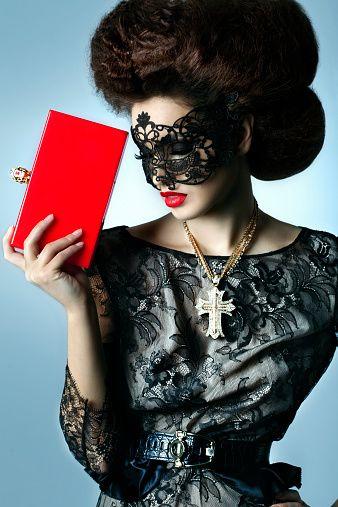 Красивая женщина в одежды и аксессуаров от кутюр