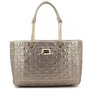 Zeer mooie bronskleurige metallic doorgestikte tas (à la Chanel) van Liu Jo!  Het gebruikte materiaal voelt heerlijk zacht aan en is oerdegelijk. De binnenzijde is volledig gevoerd!  Het metaal op de tas en van de ketting is goudkleurig.