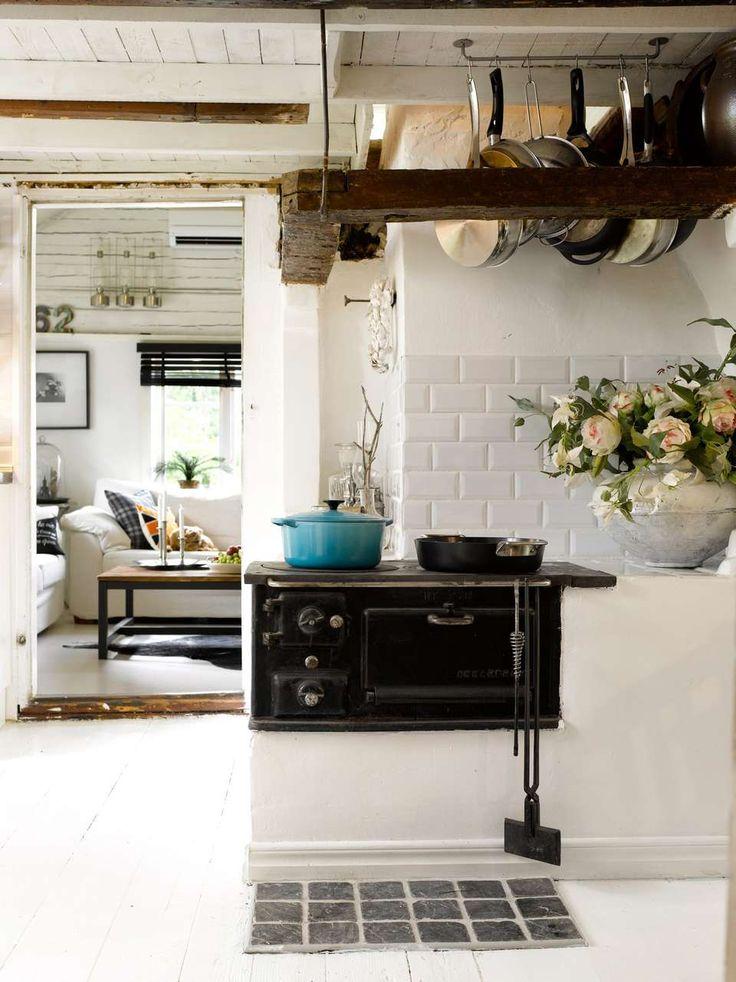 NOSTALGISK OVN: Bevar eller sett inn en gammel ovn for et autentisk utrykk. Den gamle ovnen på bildet her er fortsatt i bruk, og stammer fra 1940/50-tallet. En tøff, turkis jerngryte er et friskt innslag, og et viktig element for å