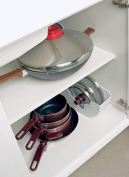 A sugestão de Fernanda Marques é guardar as tampas separadamente, em um suporte organizador. Existem suportes de vários tamanhos. O ideal é que as tampas sejam armazenadas em pé, uma ao lado da outra, até que o espaço seja preenchido. Já as panelas podem ficar empilhadas, sem tampa, sobre as frigideiras.