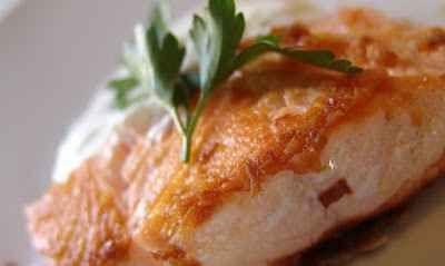 Ricetta del giorno: salmone allo Yogurt INGREDIENTI:  salmone fresco 400 gr yogurt bianco 100 gr uova 4 - salvia - rosmarino - mezzo limone - sale - pepe -  PREPARAZIONE:  1 - STEP:  Per la ricetta del salmone, uova e salsa  #ricette #cucina #salmone
