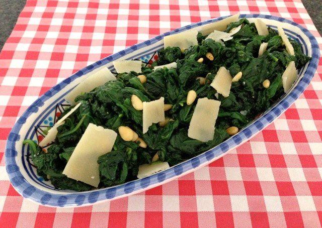 De lekkerste Italiaanse spinazie met knoflook en Pecorino kaas maak je natuurlijk gewoon zelf. Bekijk dit spinazie recept op AllesOverItaliaansEten.nl!