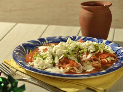 Enchiladas Rojas de Pollo | Las enchiladas rojas de pollo es una receta mexicana casera, ideal para desayunar en fin de semana con tú familia. Las enchiladas son una preparación muy sabrosa, con un sabor casero delicioso.