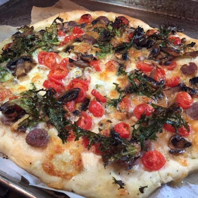 我が家のブームになっている夫作ピザ とってもおいしい☆ - 13件のもぐもぐ - 夫ピザ③ モッツァレラ・ソーセージ・マッシュルーム・プチトマト・エンダイブのピザ by hiro0321