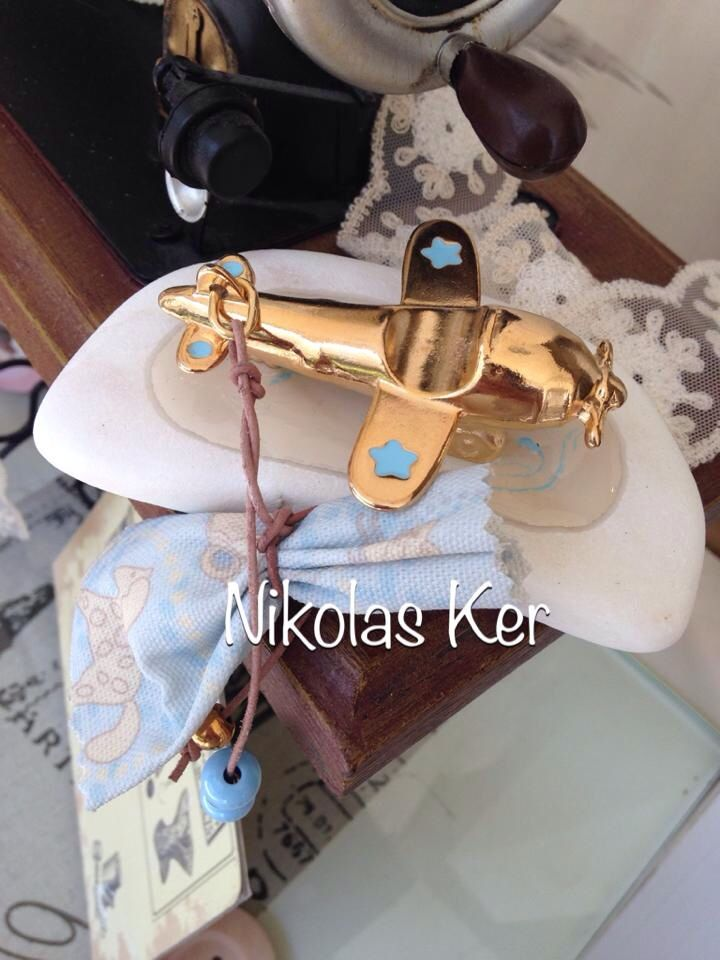 Μπομπονιέρα βάπτισης αεροπλάνακι σε χρυσό μέταλλο ή νίκελ επάνω σε βότσαλο! Μια μπομπονιέρα που μένει για πάντα σε κάθε σπίτι. www.nikolas-ker.gr