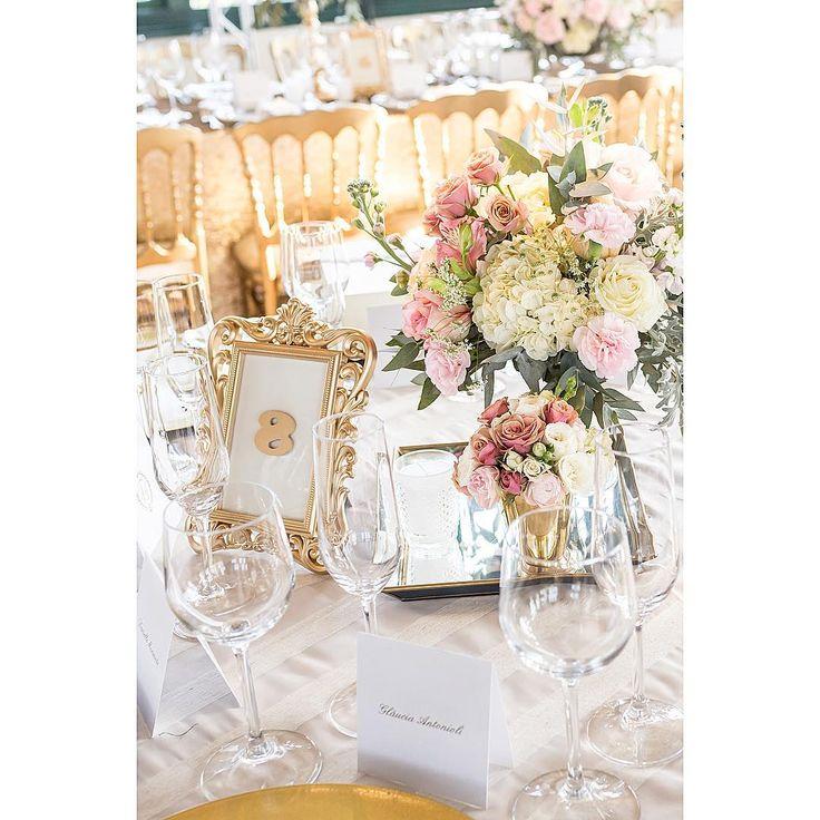A suavidade dos tons estavam em perfeita harmonia com toda composição desta mesa dos convidados. Flores: @didigheler Peças decorativas: @ellaarts Foto: @ricardobozzafotografia #romanticwedding #wedding #weddingflowers