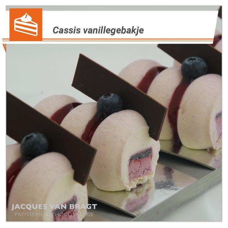 Cassis vanillegebakje: luchtige vanillemousse met een interieur van bosbessencompote en cassisbavarois. http://www.jacquesvanbragt.nl/