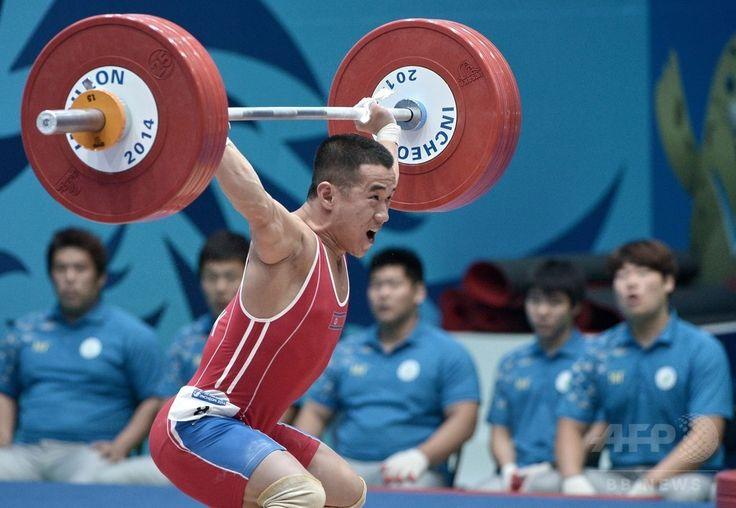 第17回アジア競技大会(17th Asian Games、Asiad)重量挙げ男子56キロ級。試技に臨む北朝鮮のオム・ユンチョル(Om Yun-Chol、2014年9月20日撮影)。(c)AFP/ROSLAN RAHMAN ▼21Sep2014AFP 北朝鮮選手、男子重量挙げ56キロ級世界新で金 アジア大会 http://www.afpbb.com/articles/-/3026572 #Incheon2014