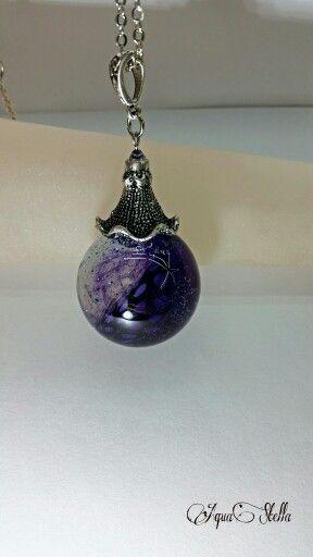 Sautoir boule en résine et plume violette