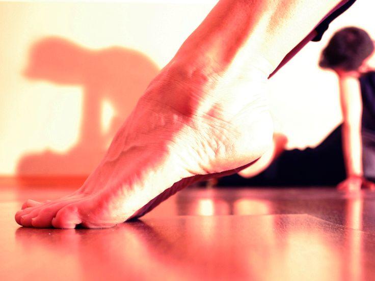 Lavoro di improvvisazione: il gruppo di fondo si incastra nel lavoro sul corpo delle gambe dell'attrice in primo piano