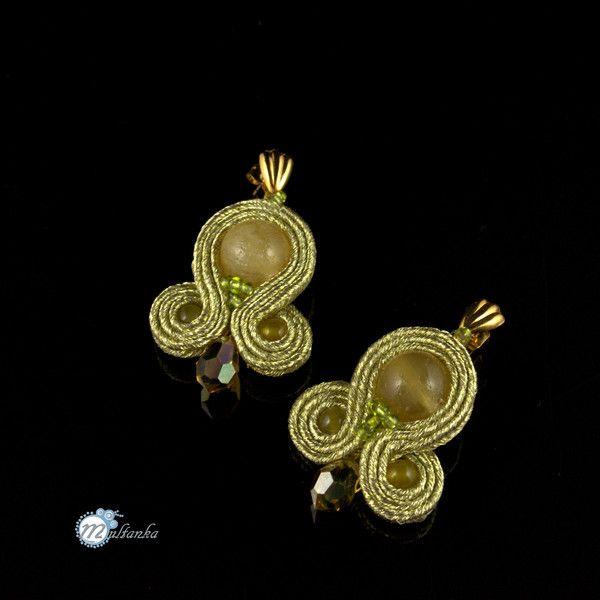 Złote niewielkie kolczyki soutache w Multanka - biżuteria  soutache na DaWanda.com  Little, beautifull things... Soutache earrings by multanka  #sutasz #soutache #multanka #gold #earrngs #ohrringen