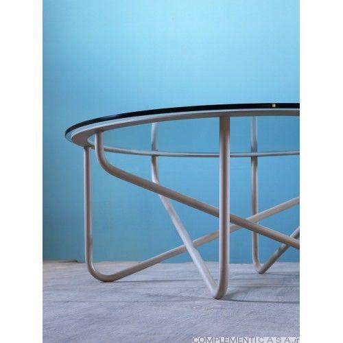 SAIA è un tavolino da salotto con top in vetro temperato, la struttura è caratterizzata da un'intreccio di tubi in metallo laccato.