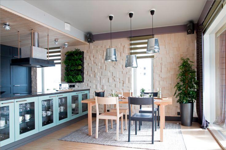 Olkkarissa on kunnolla säilytystilaa keittiösaarekkeen kaapistojen ansiosta. Fosecon lamput tuovat leikkisyyttä sisustukseen. #yitasuntomessut #yitviherperhe #asuntomessut #asuntomessut2014